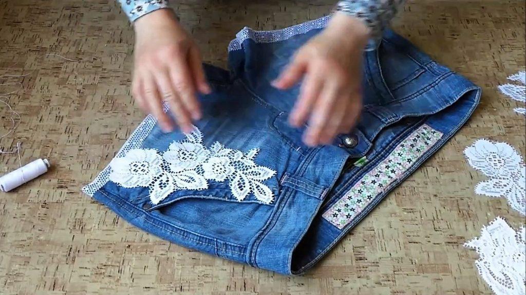 Переделываем джинсы в шорты: в качестве декора на ткани отлично будут смотреться креативные аппликации из кружев