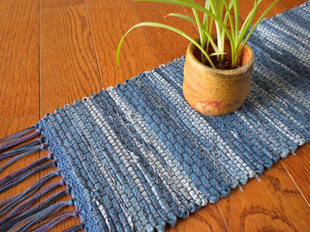 Плетеный джинсовый коврик – стильно, красиво, и без денежных затрат