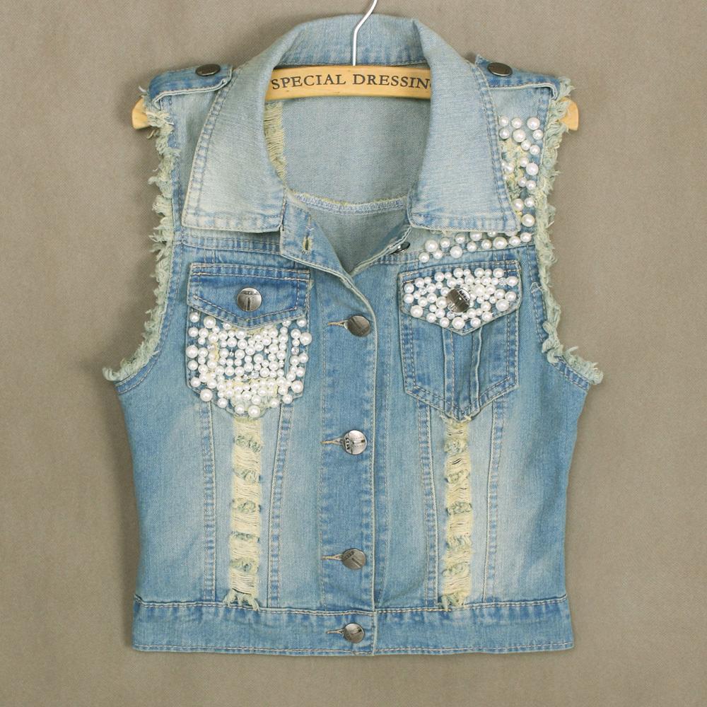 Чтобы джинсовая жилетка стала выглядеть более женственной, ее можно расшить бисером или жемчугом