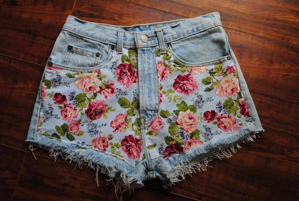 С помощью красивых тканей с рисунком обычные старые джинсы можно превратить в оригинальные дизайнерские шорты, в которых хоть на праздник