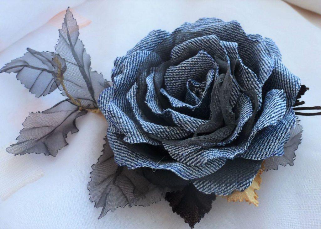 Цветы из джинсовой ткани – настоящее произведение искусства