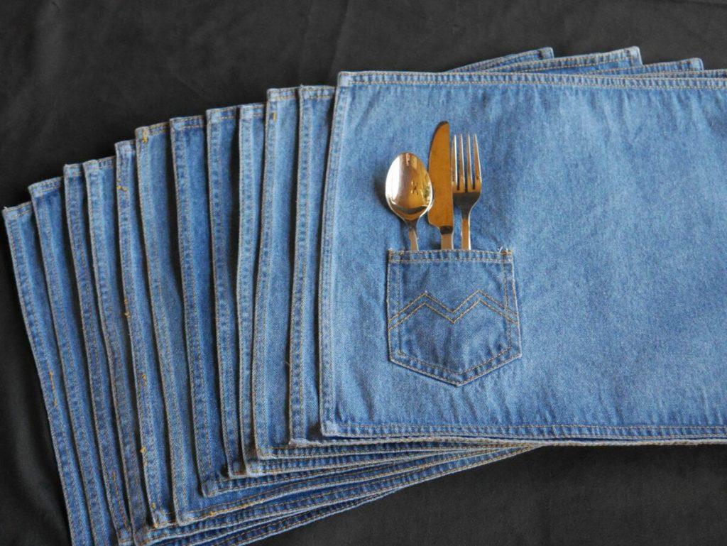 Еще идея для «джинсового» интерьера – салфетки на стол с кармашками для столовых приборов