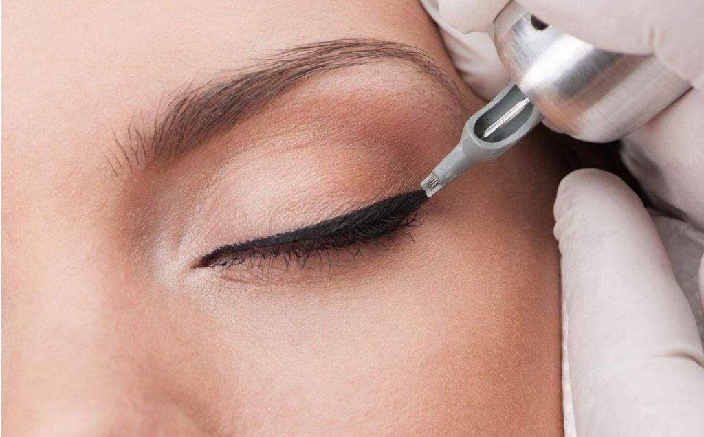 Нанесение перманентного макияжа на веки