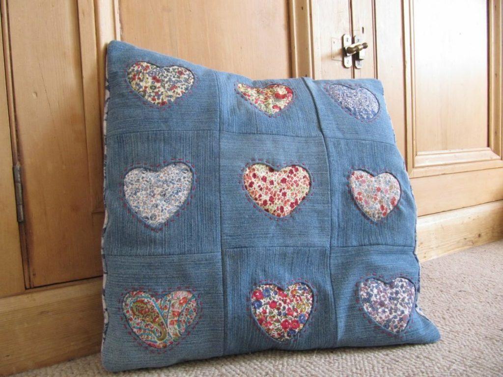 Подушку можно украсить яркими аппликациями в виде сердечек и не только
