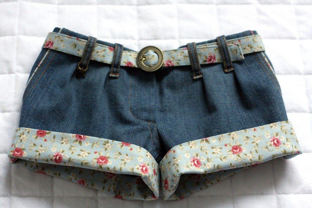 Стильные джинсовые шорты с отворотом, обработанным х/б тканью в цветочек и таким же поясом