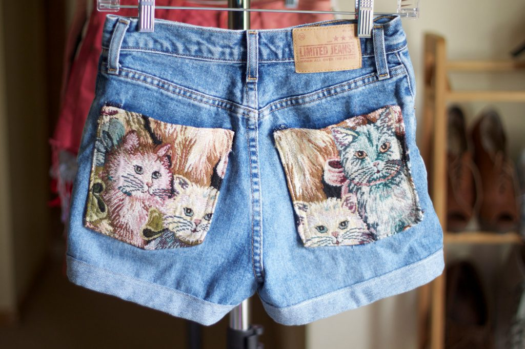 Карманы на шортах можно украсить тканью с изображениями животных