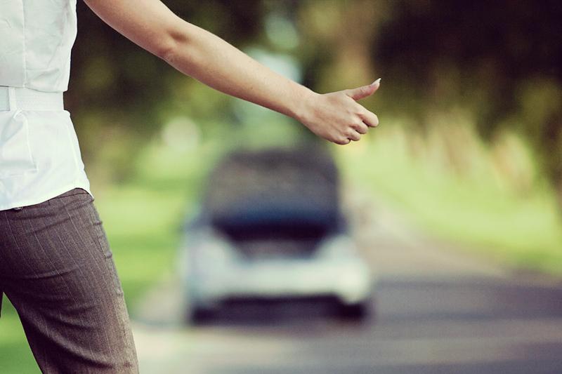 Ловить попутку на дороге