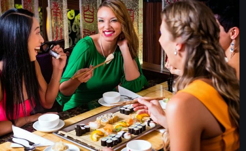 Подруги в ресторане восточной кухни