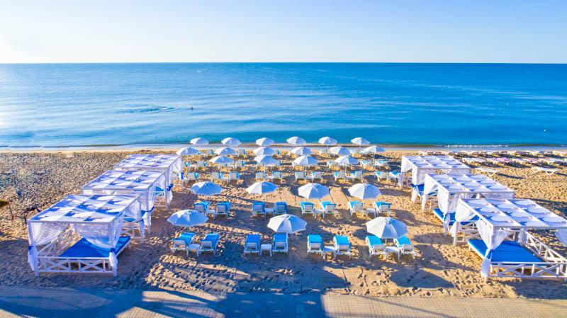 На пляже в отеле «Гранд море»