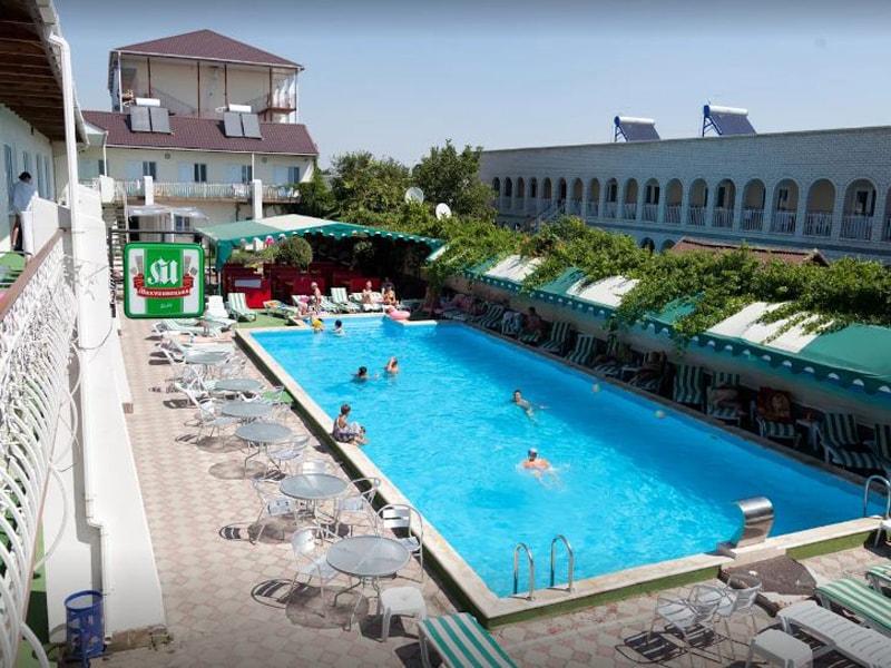 Басейн в готелі «Фортеця», Залізний Порт