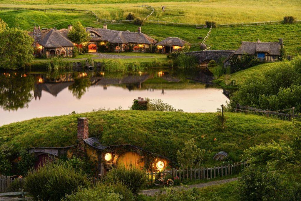 Сільце гобітів у Новій Зеландії, збудоване для зйомок фільму «Володар перснів», стало прототипом для Гобітхіла в Карпатах