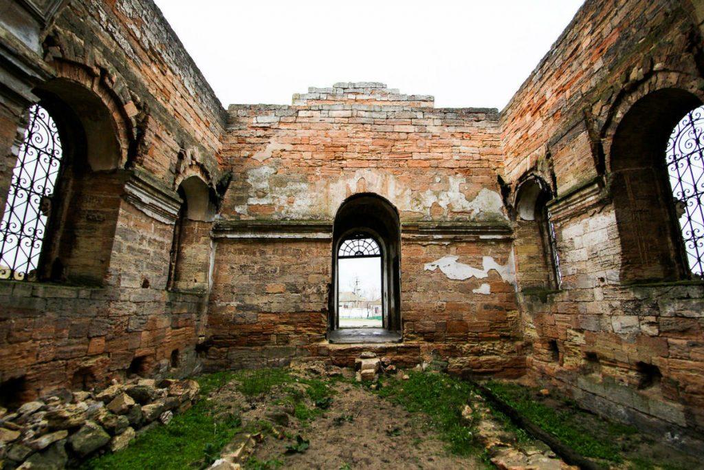 Усередині руїн Храму в Геройському, Херсонська область