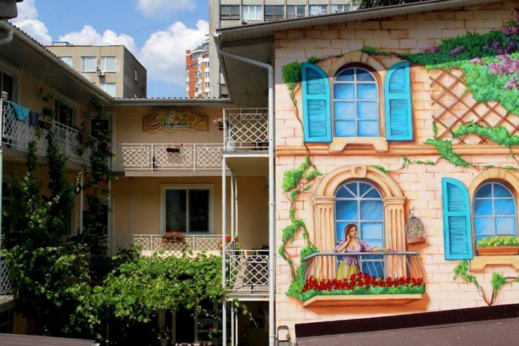Разрисованный фасад одесского отеля Клумба