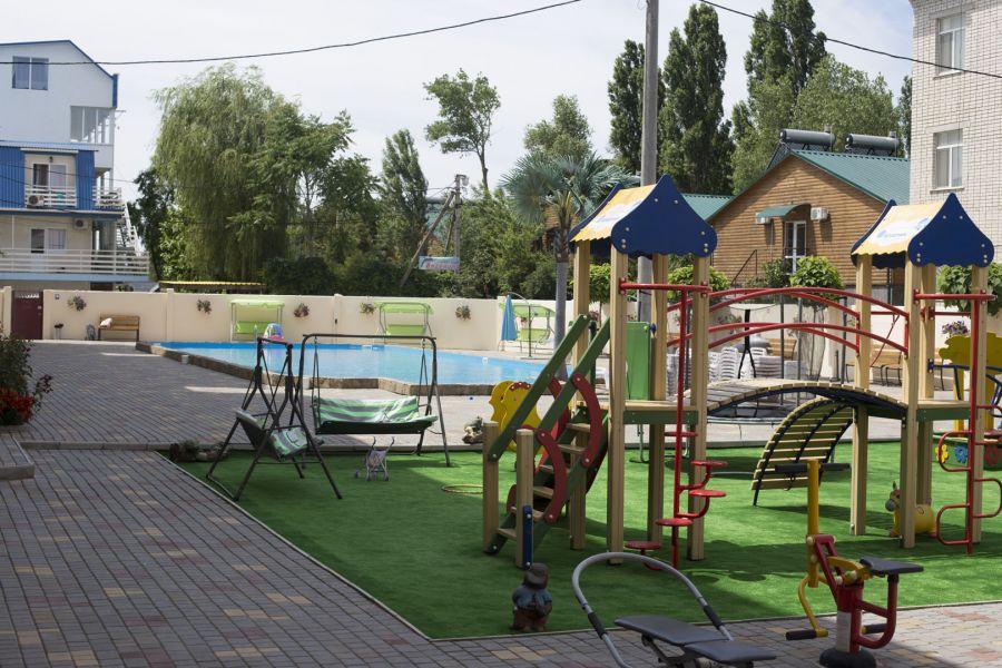 Дитячий майданчик на території готелю «Orange»