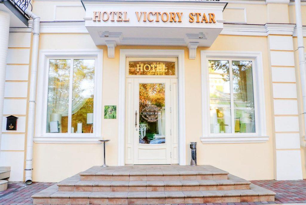 Вход в отель Виктори Стар