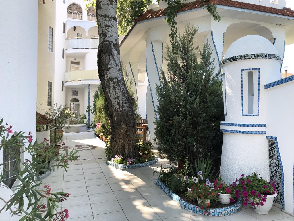 Дворик в «Villa Casablanca», Затока