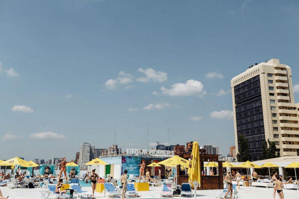 «City Beach Club» – пляж номер 1 в Киеве, где можно позагорать и искупаться в бассейне