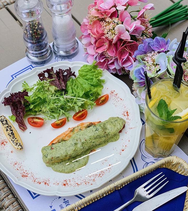 Запеченная семга со шпинатом в ресторане «#Гости»