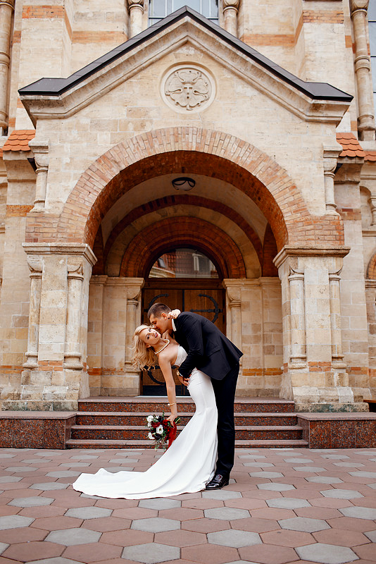 весільне фото біля кірхи