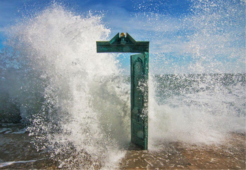Дверь в «Дом Солнца» на пляже Ланжерон