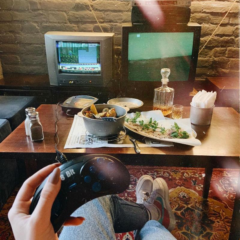 Покушать и поиграть в кафе «Молодость»