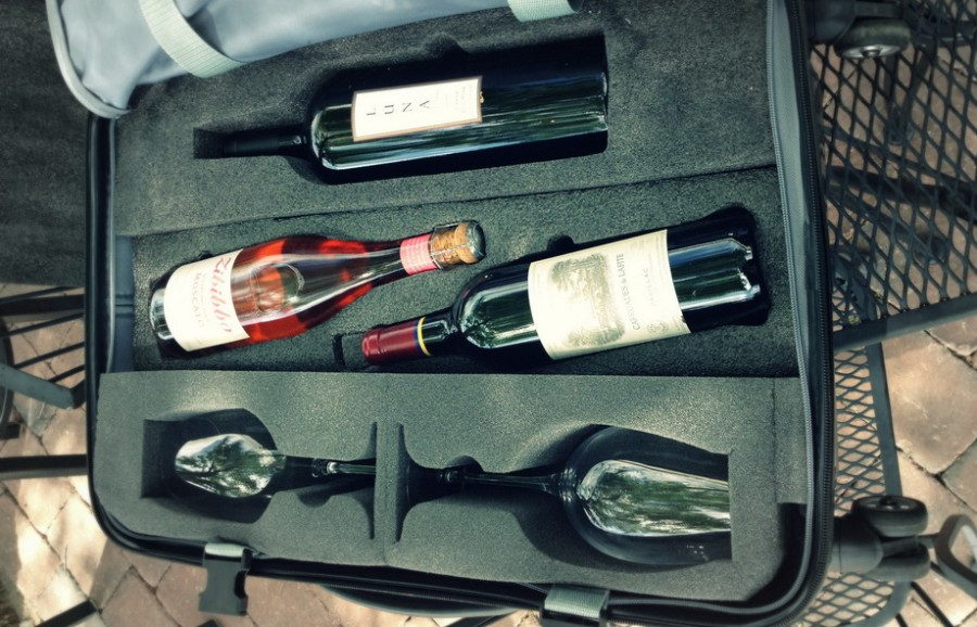 Если вы приобрели дорогой алкоголь в качестве сувенира, чтобы обеспечить его сохранность в багаже можно использовать специальные чемоданы