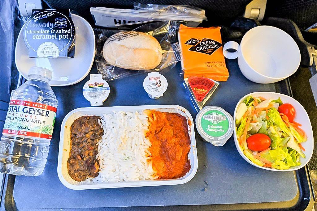 При коротких перелетах часто питание не предусмотрено, но согласитесь 1-3 часа без еды можно обойтись. При более длительных путешествиях всегда уточняйте, предусмотрено ли питание и лишь потом решайте, брать ли что-то с собой дополнительно