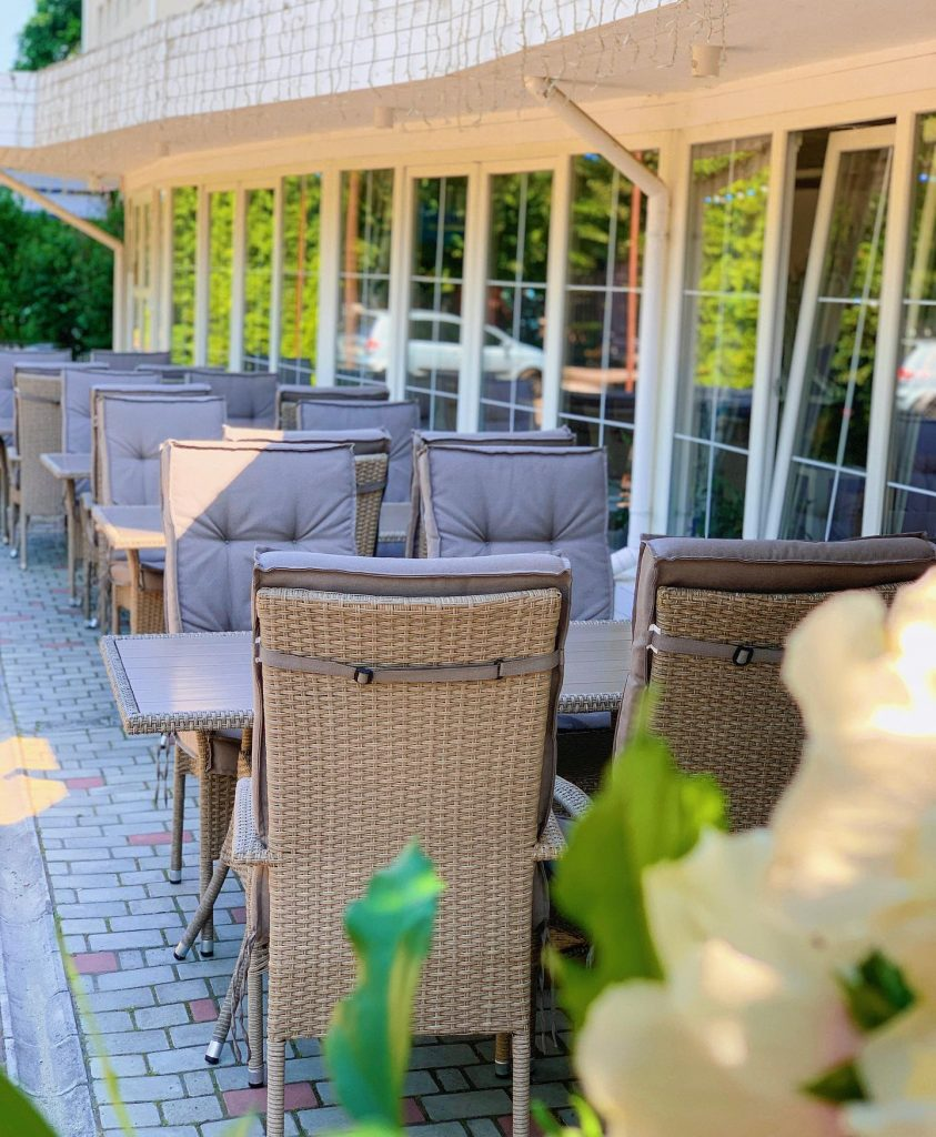 Для посиделок на свежем воздухе в ресторане есть специальная летняя площадка.