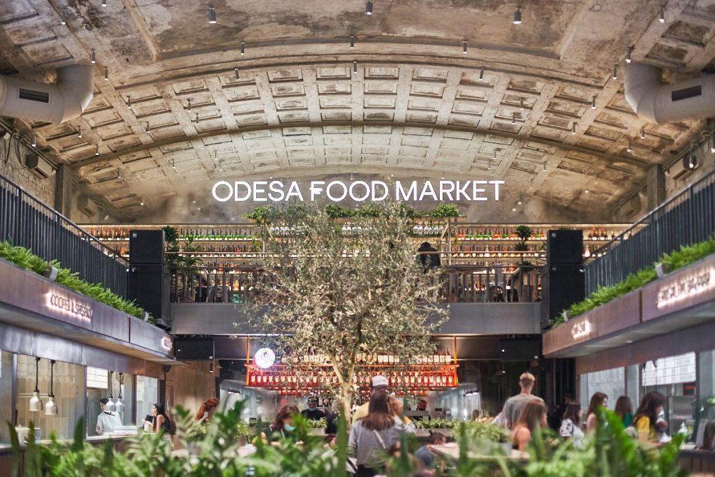 Городской рынок еды в Одессе – это гастрономическая локация: больше десятка хороших бистро уличной еды, столько же баров и концертная площадка.