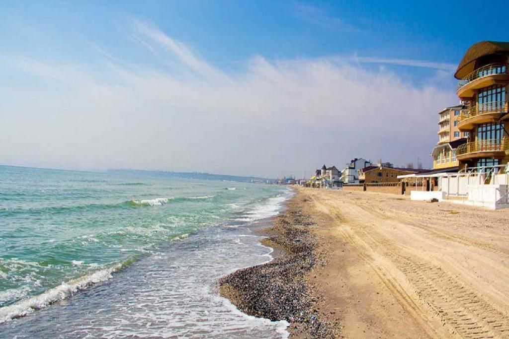 Песчаный пляж с мелким ракушняком в Коблево