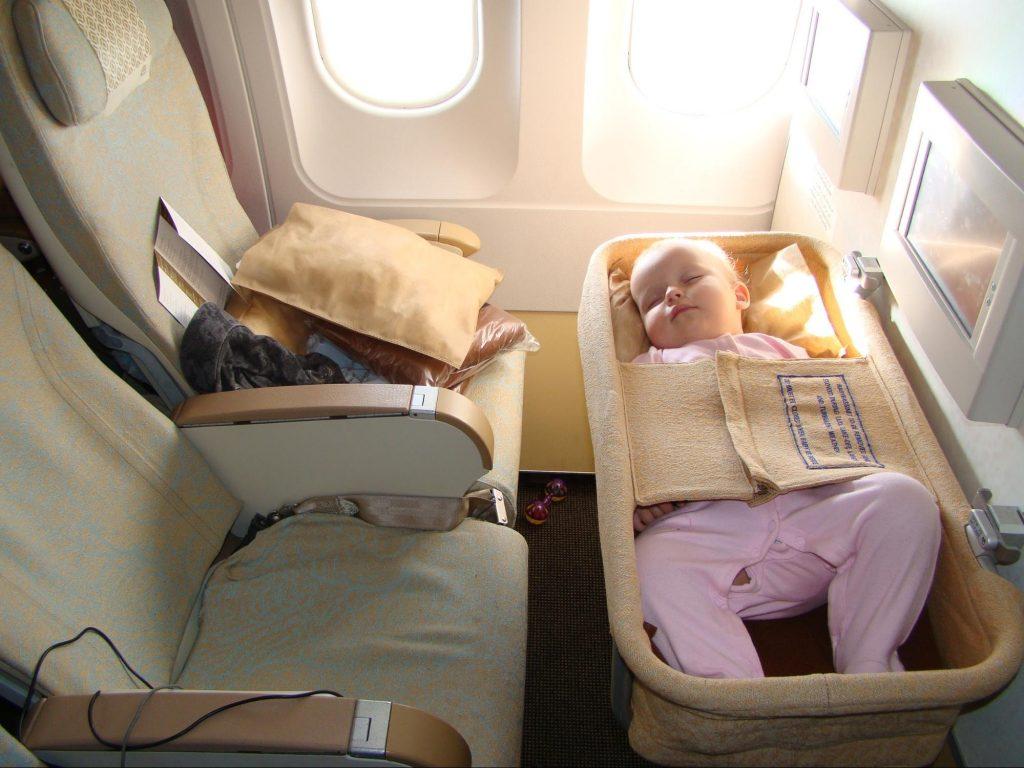 Часто на борту есть специальные люльки для грудничков, которые можно запросить у стюардессы