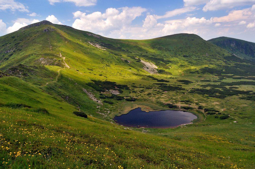 Озеро защищено от ветра холмами