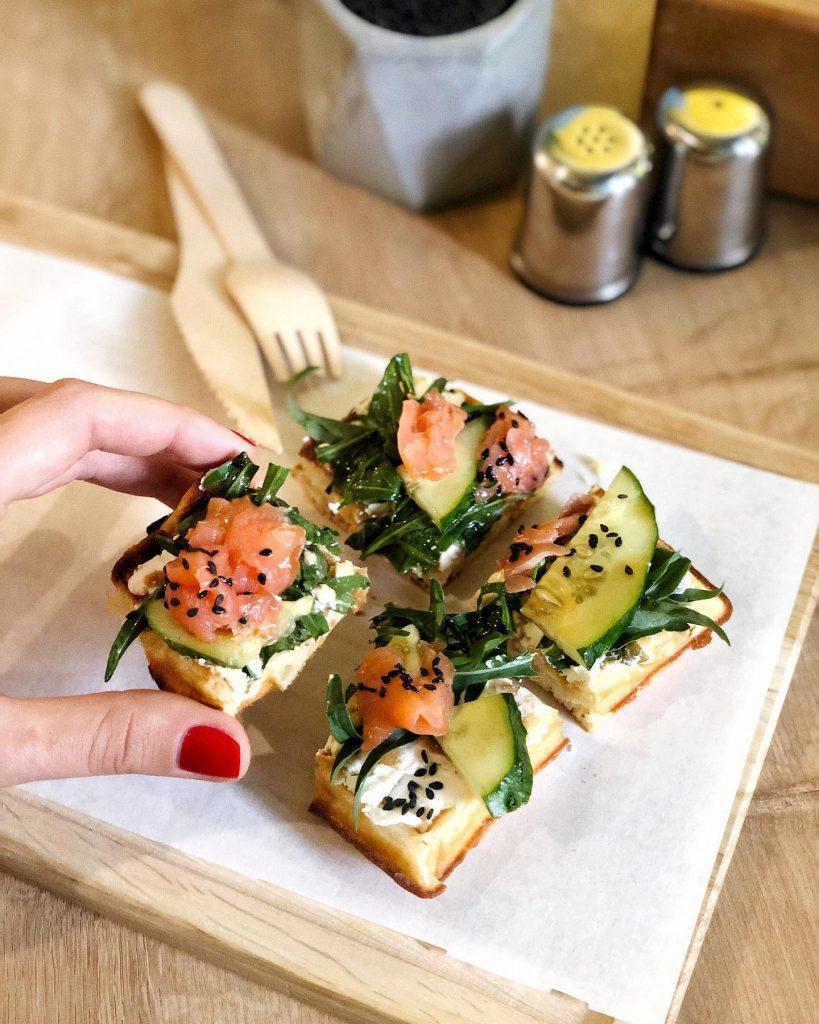 Нежнейшие вафли с лососем и крем-сыром так и просятся в рот!