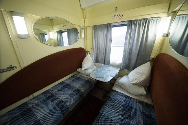Так выглядят люксовые места для пассажиров – есть где развернуться. Дополнительные удобства — вы можете добавить постель, еду и т.п. отдельно. Стоимость такого счастья — в среднем, 1500 грн на человека (направление Киев — Днепр).