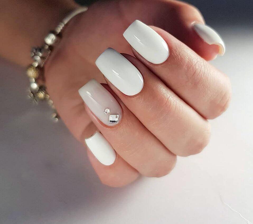 біло-бежевий манікюр з камінцями