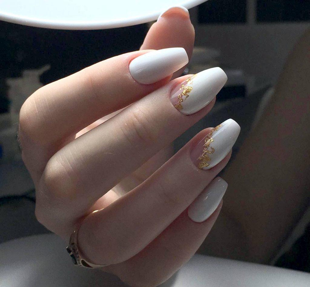 білий манікюр з золотими візерунками
