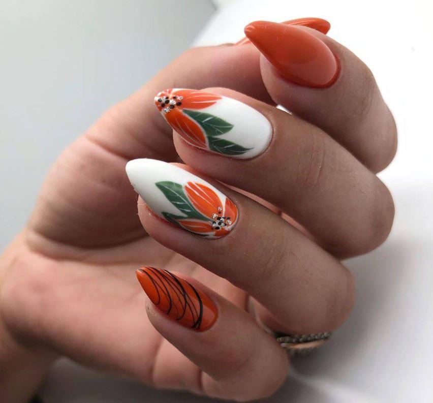 Янтарно-помаранчевий  манікюр з квітковим принтом