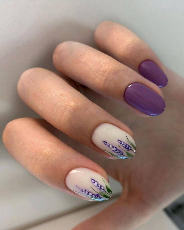 Модний фіолетовий колір на нігтях: відтінок лаванди з квітковим малюнком на двох пальчиках