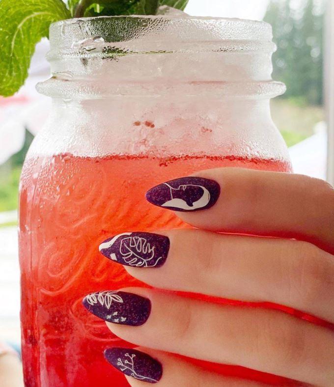 Фіолетовий манікюр зі стильним малюнком
