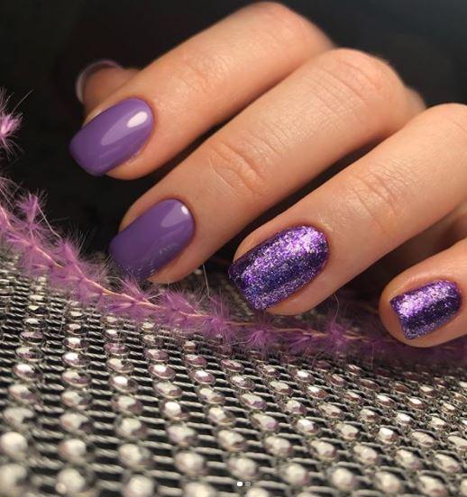Фіолетові нігтики – глянцеві з нанесенням гліттера на два пальчика