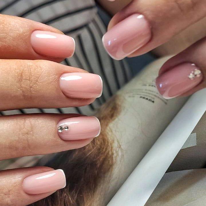 Нюдовий френч на короткі нігті для нареченої