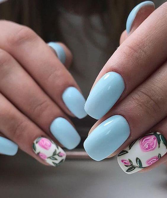 блакитний манікюр з рожевими квітами