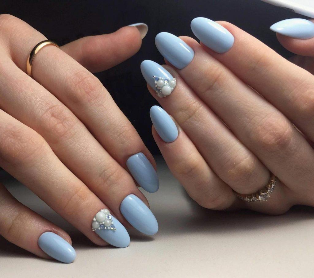 пастельно-блакитний манікюр з перлинами