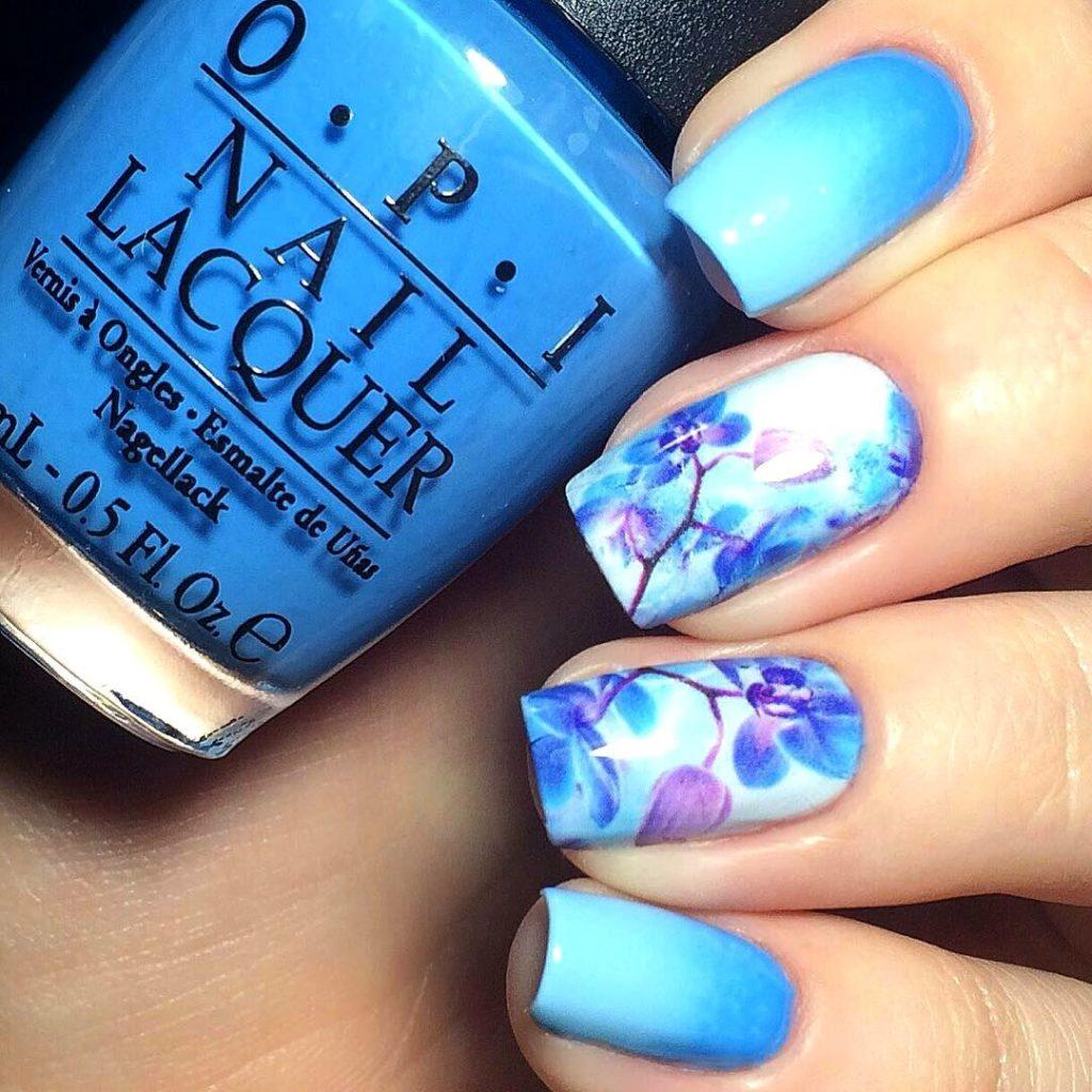 яскраво-блакитний манікюр з квітковими візерунками