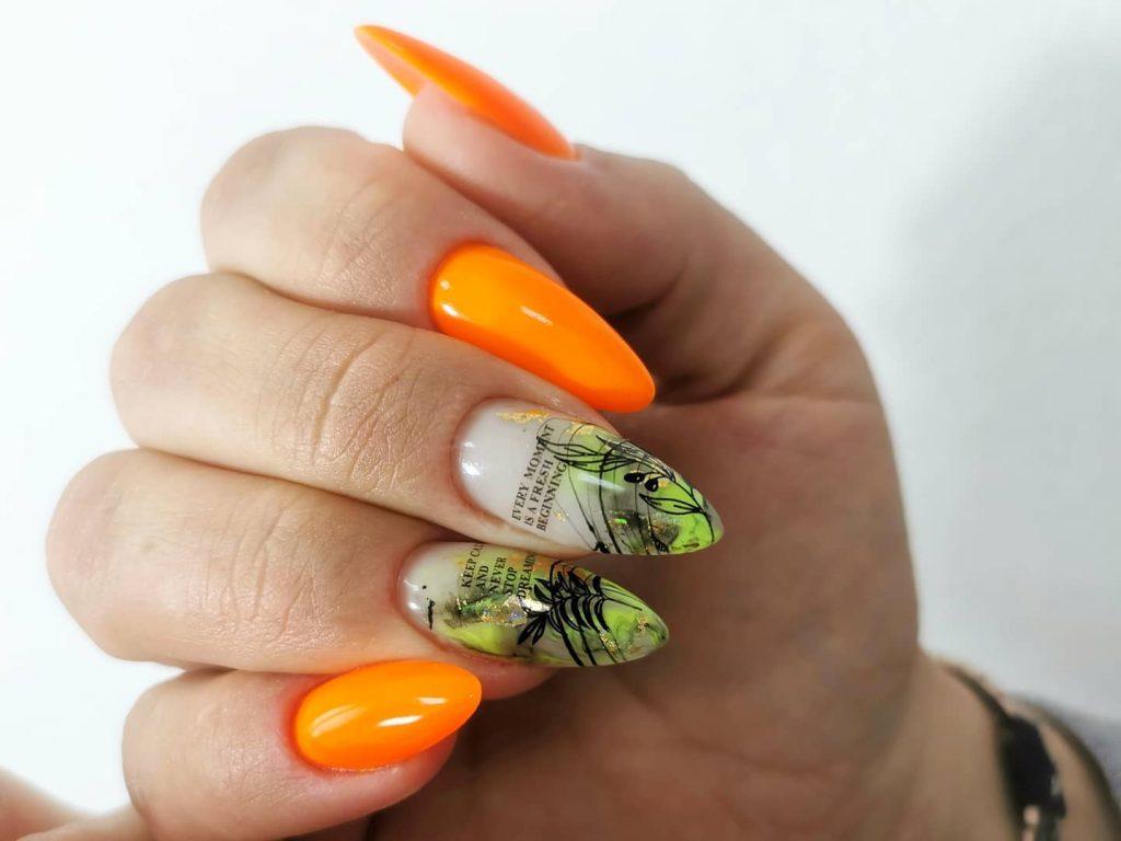 Надписи на нігтях