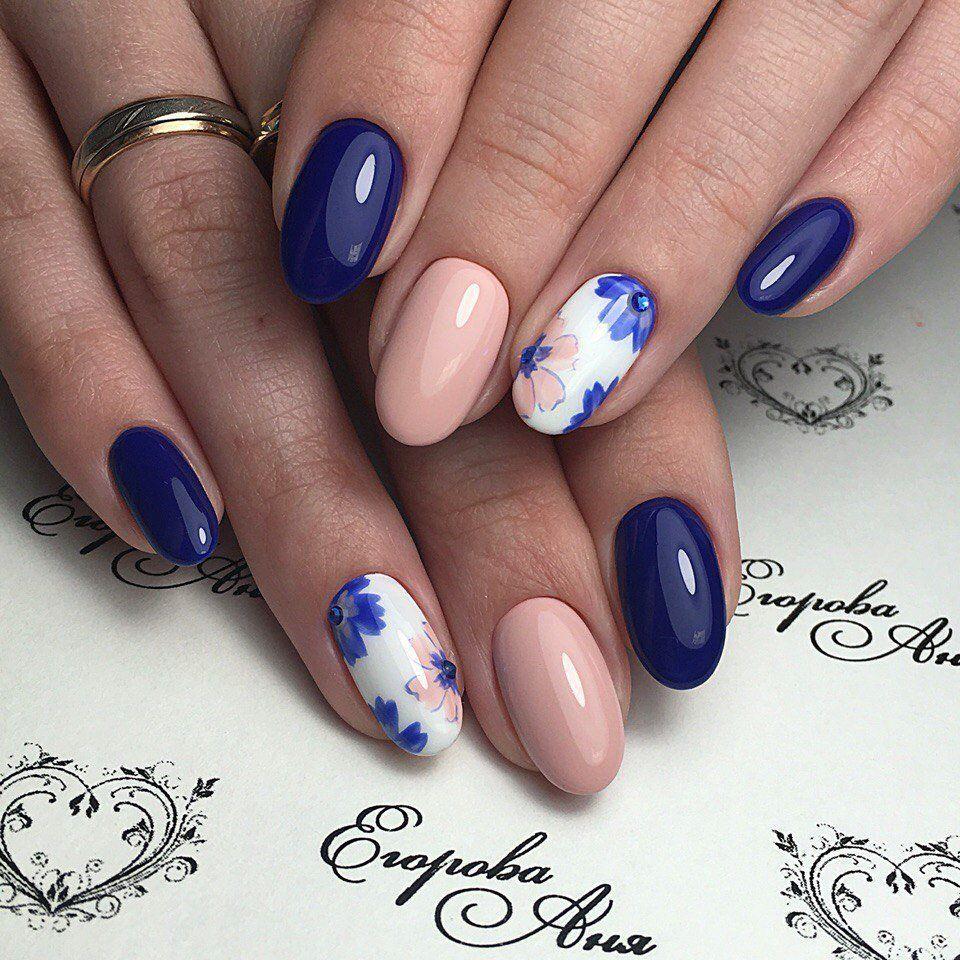 синьо-рожевий манікюр з квітками