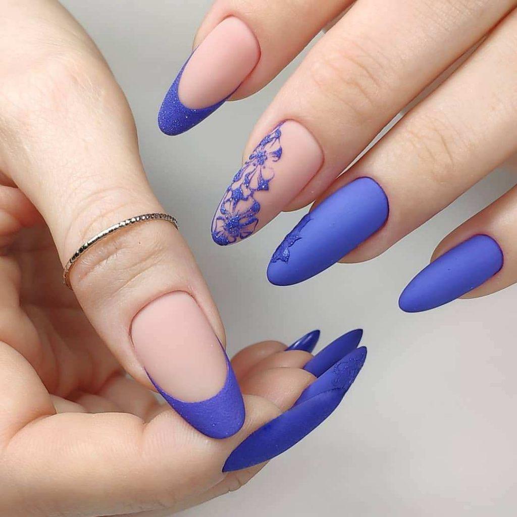 матовий нюдовий манікюр з синіми візерунками