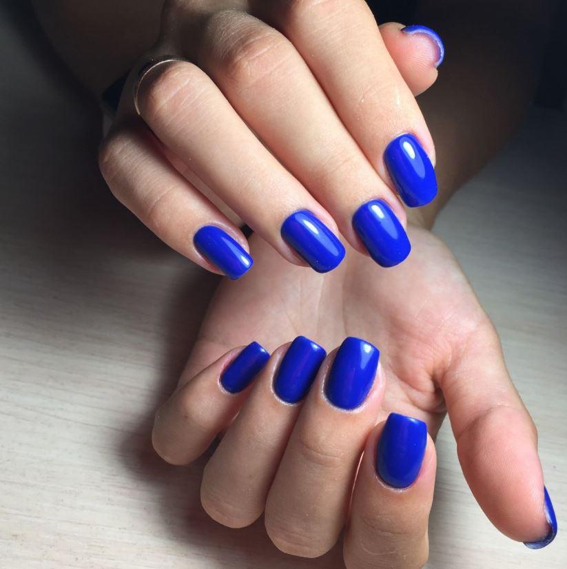 Ошатний і яскравий синій манікюр – родзинка образу