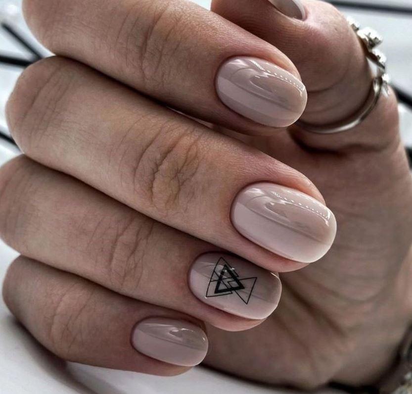 Геометрія на нюдових нігтях – несподіваний орігамі-дизайн