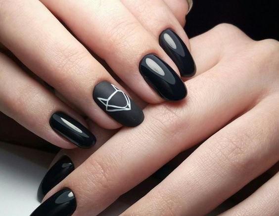 Поєднання чорного глянцевого і матового гель-лаку на нігтях і фішка сезону  – орігамі на одному пальчику